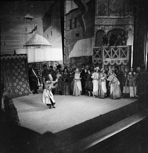 """Hood II : Russian Ballet in performance; departure of Russian Ballet by Wanganella; rehearsal at Royal; Frank Leighton; ballet of """"Southern maid""""; Gladys Moncrieff & Mr O'Reilly; Frank Leighton launch picnic; Gladys Moncrieff's birthday; last night of """"Merry widow""""; 1937"""