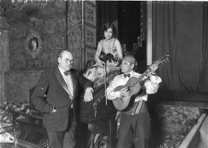 The Capitol's Wurlitzer organist and organ, Fred Scholl, with Mrs Leone Henkel and a guitarist