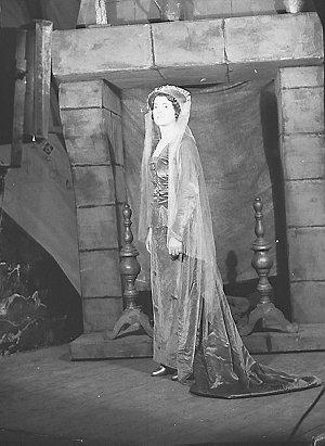 Vagabond King company in costume