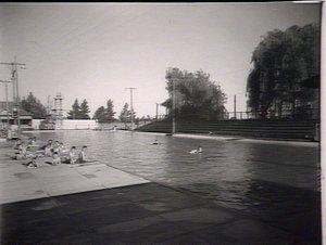 Leeton: swimming baths