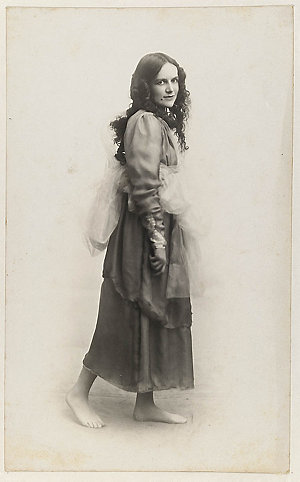 Dorothea Mackellar dressed as one of the Graces for Mrs T.H. Kelly's Italian Red Cross Day tableaux at the Palace Theatre, 20 June 1918 / photographer, Glen Broughton