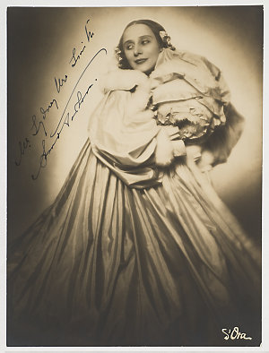 """Anna Pavlova, in costume for the solo """"Christmas"""", before 1929 / d'Ora (photographer)"""
