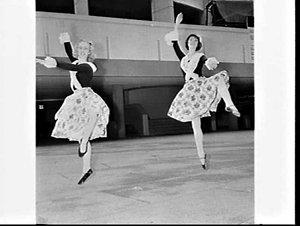 2 Italian dancers in the forecourt, Australia Square