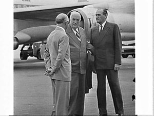 Prime Minister Menzies returns from Winston Churchill's funeral on Qantas, Mascot