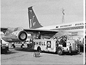 Shell refuelling Qantas V-jet (Boeing 707), Mascot
