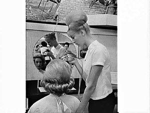 Using CIG spray gun to spray hairdo with lacquer