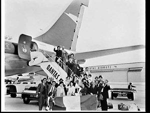 Italian group Associazione nazionale famiglie emigrati (A.N.F.E.) boards a BOAC Boeing 707, Mascot