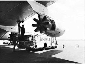 Shell tankers refuel BOAC Boeing 707 jet, Mascot