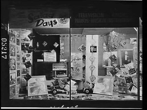 """Nicholson's window display of the new """"little albums"""" - 45 rpm 7 inch gramophone records"""