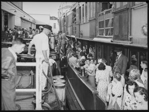 Manly ferry crowds at Manly wharf, 25 January 1952 / photographed by Harry Freeman