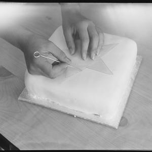 Design for icing wedding cake, 7 March 1962 / photographs by Alec Iverson